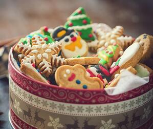 homemade-christmas-gingerbread-cookies-picture-id1077829118